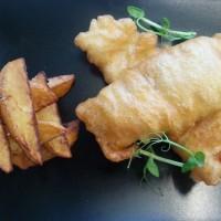 Fish and chips (dorsz w cieście z grubokrojonymi frytkami)/ sałata mix