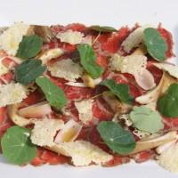 Carpaccio wołowe/marynowana szalotka/boczniak/ liście nasturcji/chips parmezanowy