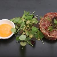 Tatar wołowy/plastyczne żółtko/świeże zioła/ grzanki grzybowe